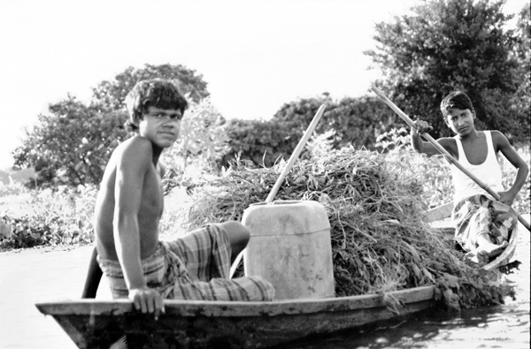 Transporting food on the river in Bangladesh, 1991