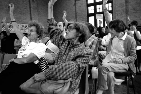 Voting for a mass campaign of non payment. The Davenant Centre, East London 1990