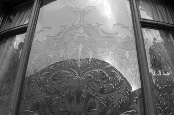 Decorated glass window. The Vines pub. Lime street Liverpool 2005.
